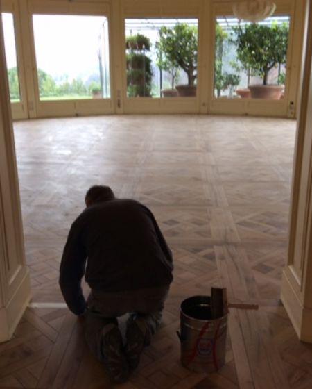 Trattamento di pavimenti in legno antichi