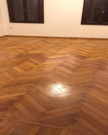 Levigatura e verniciatura pavimento in legno di faggio